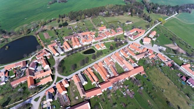 Chráněn je dochovaný středověký systém obytných domů a sýpek kolem velké návsi. Jihočeské selské baroko na většině průčelí má neopakovatelnou atmosféru.
