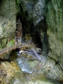 Dole se jde téměř jeskynním prostorem.