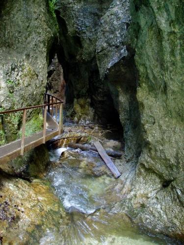 Jde se téměř jeskynním prostorem.