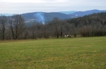 Z louky máme výhled k vrcholu U Tří mezníků, kde jsme si rozdělali oheň před dvěma roky.