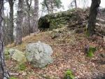 Zbytky kamenných zdí...