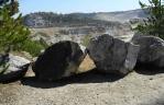 Strmé stěny velkolomu Čertovy schody chrání lana i tyto obří kameny.