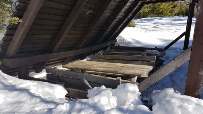 Přístřešek u Gsengetu málem zmizel pod sněhovým přívalem.