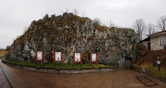 Balcarova skála je přírodní rezervací, chránící teplomilnou vegetaci na vápencových skalách (rozchodník ostrý či bílý).