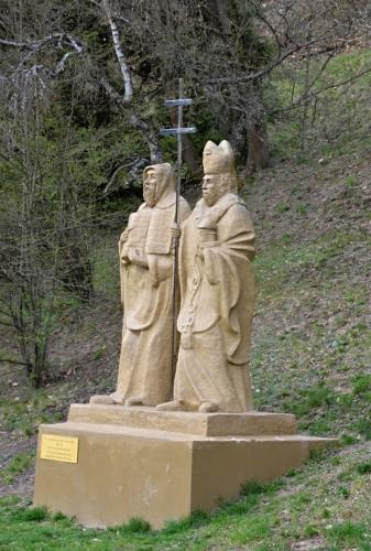 Kamenné sousoší Cyrila a Metoděje od Bedřicha Vašíka z roku 2013.