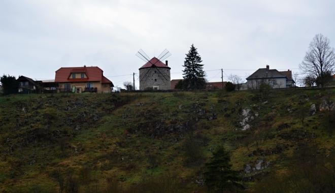 Větrný mlýn holandského typu z roku 1865 je postavený z bílého neomítnutého vápence.