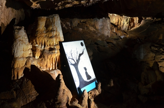 Dočasně umístěná výstava obrazů japonského malíře oživuje chladné prostory jeskyní.