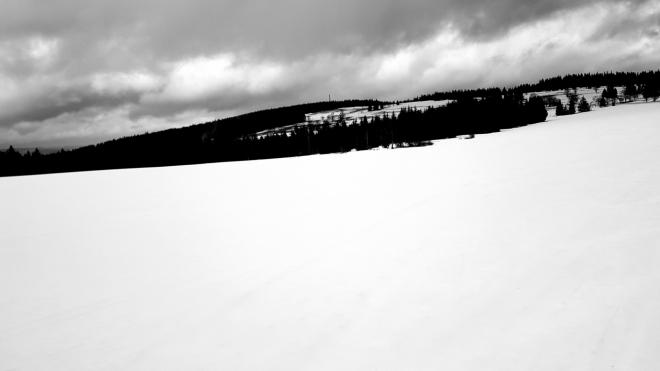 Huťská hora v zajetí karavany mraků. Ještě netušíme, že je to příprava na zítřejší orkán Eberhard.