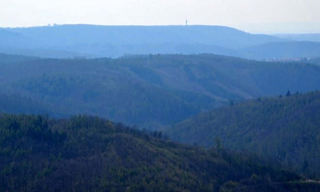 Televizní vysílač Hády (nedaleko Brna) je výrazným orientačním bodem Hádecké planinky.