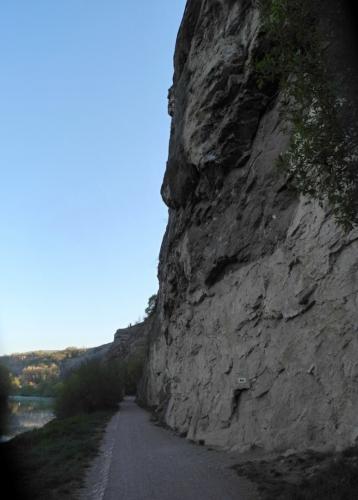 Stezka k Berounu může být pro padající kameny nebezpečná...