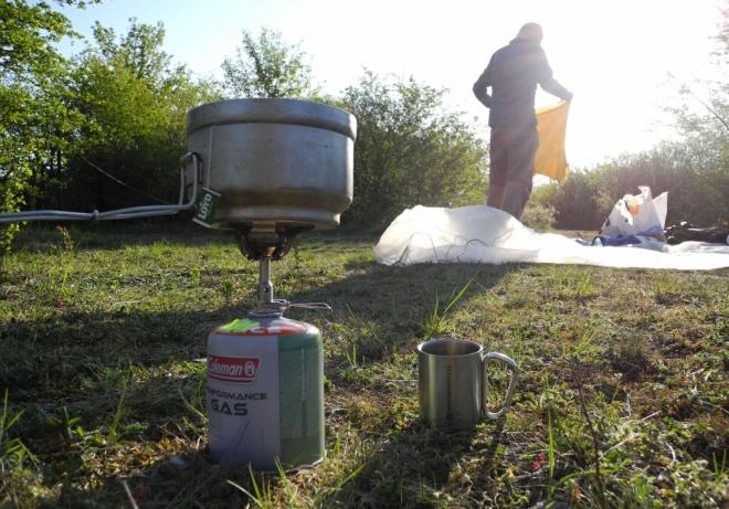 Dnes náš bivak vyhřívá slunce od časných ranních hodin a tak si v klidu vychutnáme snídani a horký čaj.