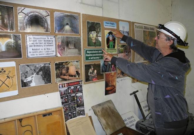 Sraz k vstupu do štol máme v jakámsi minimuzeu lomů Mořina.