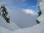 IMG_1462 - vrchol Ďumbieru je na dosah, tak ještě zvědavý pohled do bezedné propasti. Za mraky se ukrýval krásný pohled na okolní hřebeny Nízkých Tater.