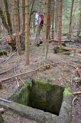 Podzemí skrývá německou továrnu, kterou za 2. světové války postavili nacisté, aby tu mohli montovat proudovou stíhačku Messerschmitt ME – 262. Nadzemní části fabriky byly odstřeleny v 50. letech.  (www.mapy.cz)