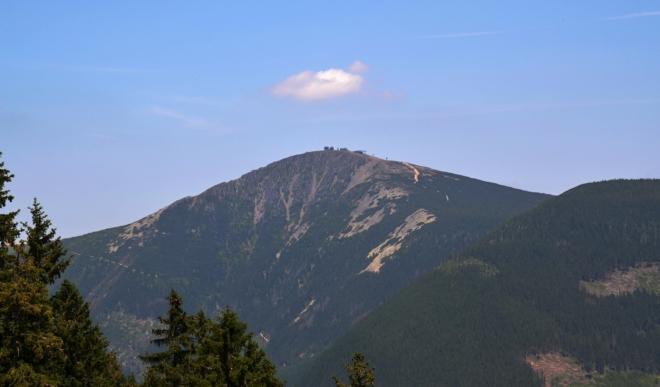 První pohled na královnu českých hor Sněžku máme z lanovky na Hnědý vrch.