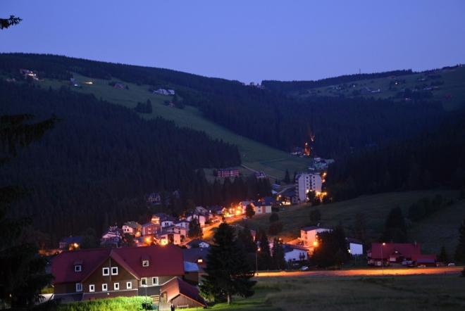 Noční pohled z chaty Svoboda, kde zažíváme opravdový klídek a pohodu.