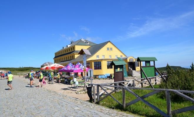 Slezský dům je připraven k pŕijetí probíhajících běžců horského maratónu.
