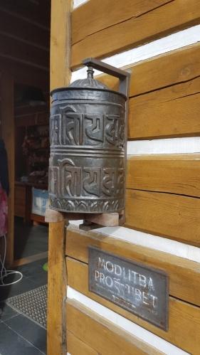 Modlitba pro Tibet. Určitě bude skvělé zachovovat tibetskou kulturu i jejich malý národ. Snad tohle ví i Číňané. Ještě více však tyto malé národy či kmeny, stále ještě rozeseté v odlehlých a nepřístupných místech po celém světě, ohrožuje bezohledný západní turismus, který jim na první pohled pomahá v nuzných podmínkách, na druhou stranu ničí.