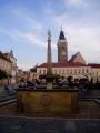 A ještě jeden pohled na náměstí s kašnou a věží.