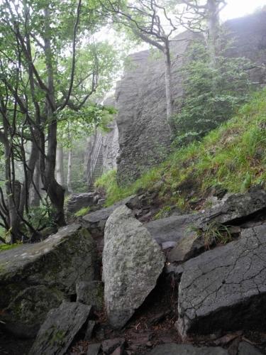 Sninský kámen zdola připomíná nedobytnou hradní zeď.