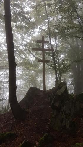 Vrchol Nežabce je ozdoben křížem.