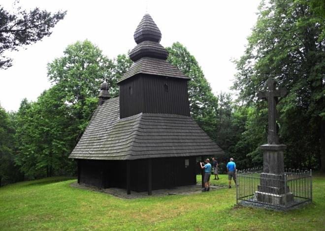 Cerkva přenesení ostatků svatého Mikuláše v Ruské Bystré byla postavena v roce 1730 na návrší obce v době panování římskoněmeckého císaře Karla VI. Je to srubová stavba z jehličnanových ručně tesaných trámů, na koncích spojených tesařským čepováním a zadlabaných. Spodní trámy, povrchově ošetřené černou barvou proti dřevokaznému hmyzu, jsou uloženy na kamenné podezdívce.Zdroj: Wikipedia