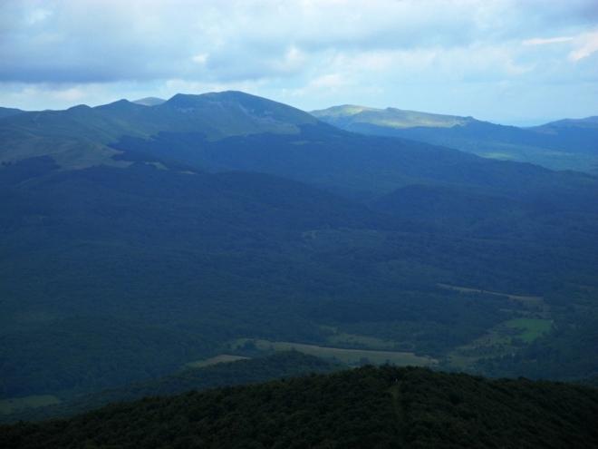 Vzdálená Tarnica (1 346 m n. m.) je ještě v poských Bieščadech.