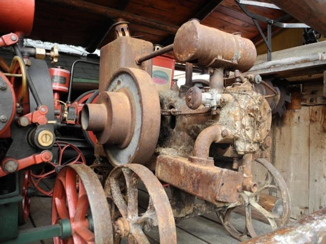 Kemp Goralský dvůr vlastní i unikátní muzeum starých strojů...