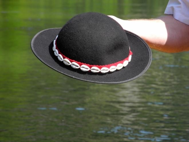 Goralský klobouk je na plti nezbytný.