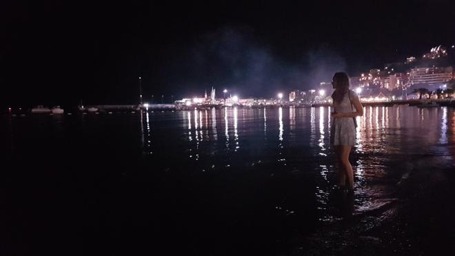 Noční pláž Budvy.