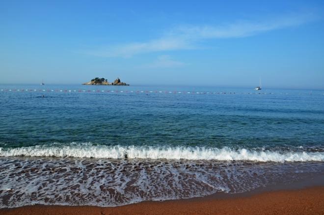 Ranní pláž Petrovac...