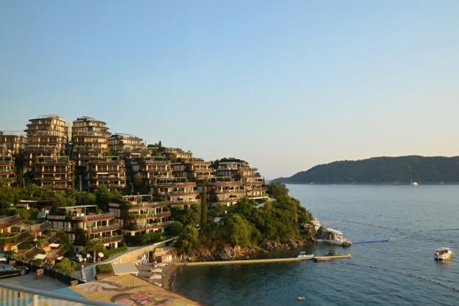 Hotelový útes.