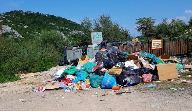 Na parkovišti nedaleko Skadarského jezera působí cedule o zeleném ostrovu hned za skládkou odpadu pitoreskně. Krásnou projížďku po jezeře tahle tečka zbytečně kazí!