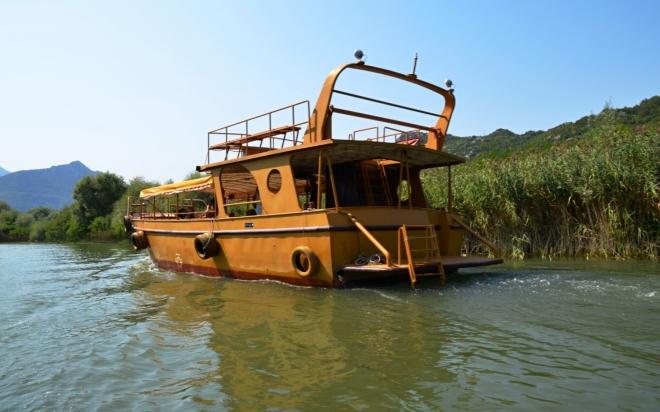 Na Skadarské jezero vplouváme po řece Orahovščica.