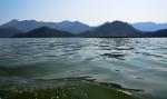 Také Skadarské jezero je obklíčeno horami, přestože leží pár metrů nad mořem.