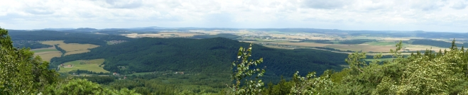 Panorama z plešiveckého hřebenu, zhruba uprostřed jsou Hořovice.