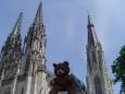 Méďa před katedrálou.