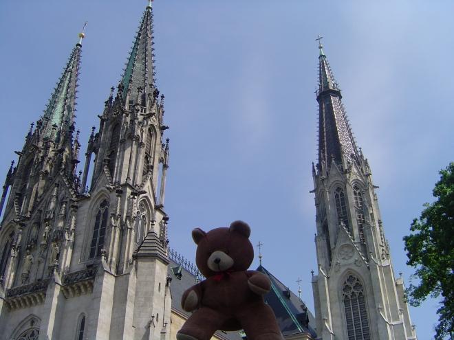 Méďa před katedrálou