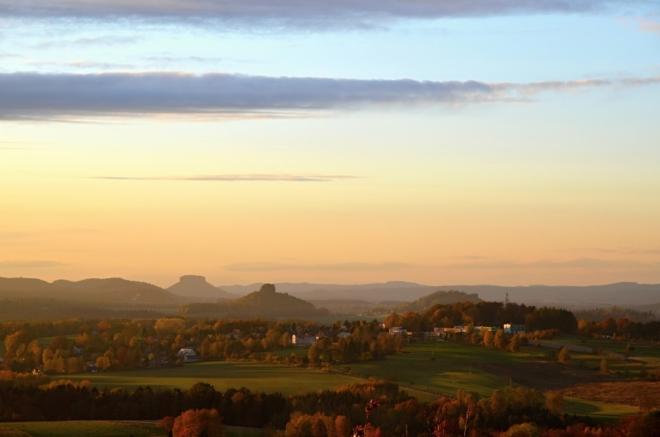 Zvláštní měkké světlo pěkně zabarvuje vzdálené vrcholky.