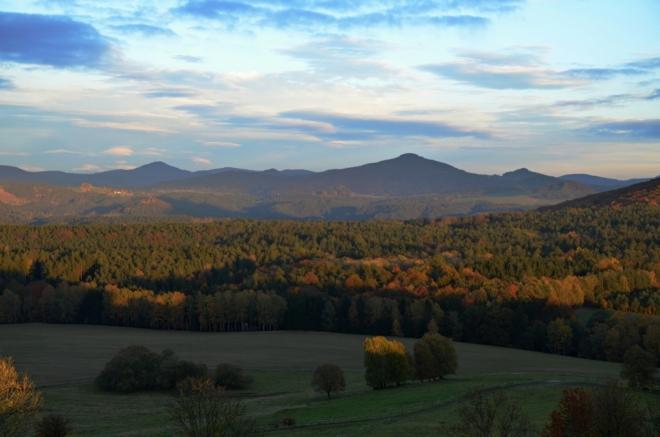 Zleva Jedlová a Studenec jsou vrcholy Lužických hor.