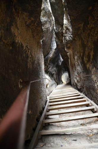 Poslední úsek na vyhlídku vede strmě vzhůru mezi stěnami skal.