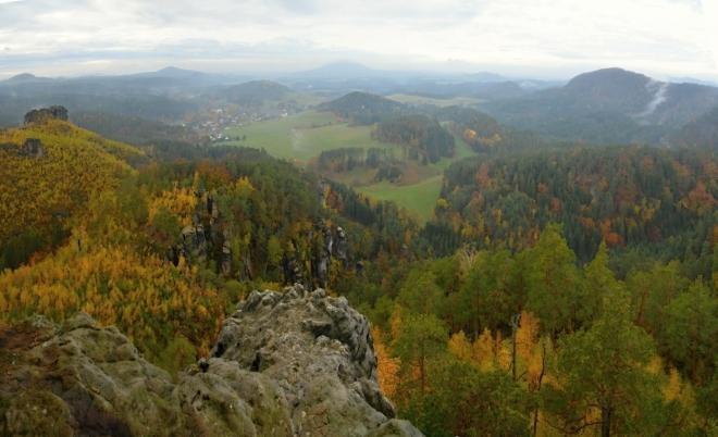 Havraní skála a v údolí utopené Jetřichovice...
