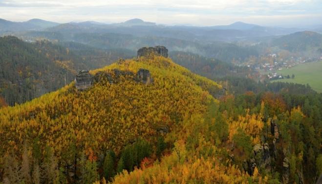Havraní skálu před lety zcela obnažil požár. Dnes ho žlutě zbarvují nálety bříz.