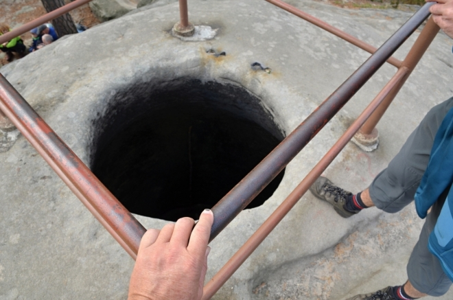 Studna či spíš nádrž na vodu na úplném vrcholu skal.
