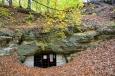 Riedlova jeskyně se nachází nad údolím Pryského potoka. Původně měla tři vchody, dnes už má ale jen jeden, který je vysoký něco přes 2 metry a je v něm mříž. Prostor jeskyně je velmi členití a dlouhý 50 metrů. V nejšiřším místě má jeskyně 36 metrů. Výška jeskyně je v přední části 2,7 metrů a v zadní části 2 metry. Klenbu podpírá 11 pilířů. (www.mapy.cz)V jeskyni bydlí několik druhů netopýrů.
