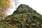 Čedičový vrch nad řekou Kamenice je dobrým vyhlídkovým místem. Dříve se nazýval Hausstein nebo Hadstein. Ve třicátých letech v sedle pod kopcem stával hostinec.