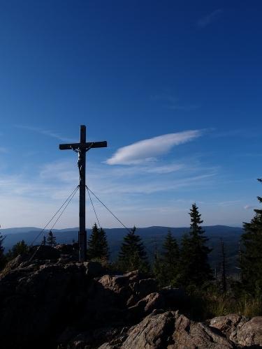 Při tomto pohledu si vybavuji svoji oblíbenou knihu Karla Klostermanna Ze světa lesních samot, kde na obálce byl kříž právě z Roklanu.