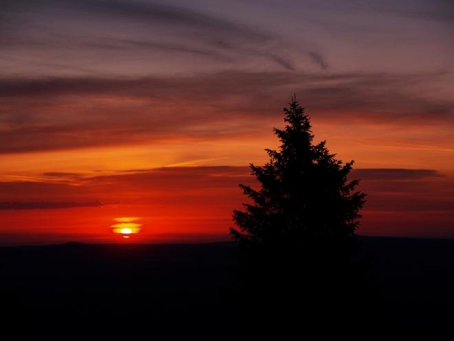Od půl pátý už sleduji jak se postupně rozednívá. Noc byla teplá, díky větru i bez mlhy a kousavé havěti a tak mám dobrou náladu. Ta se stupňuje spolu s vycházejícím sluncem. Fascinujicí barvy, kolem ticho, božská atmosféra. Fotím jako vzteklý, adrenalin proudí v žilách...