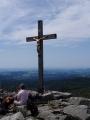 Vrcholový kříž podobný ráchelskému.
