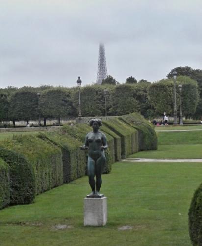 Eiffelova věž v pozadí